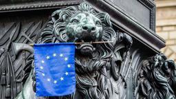 Der bayerische Löwe hat die EU-Flagge im Maul  | Bild:Sachelle Babbar/ picture alliance