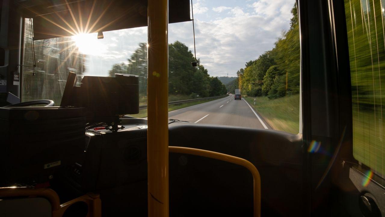 Öffentlicher Nahverkehr: Der Blick aus einem Bus auf die Straße (Symbolbild)