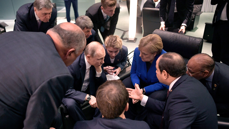 Berlin: Putin (4.v.l.) unterhält sich Bundeskanzlerin Angela Merkel (3.v.r., CDU) und Abdel Fattah al-Sisi (2.v.r.), Präsident von Ägypten.