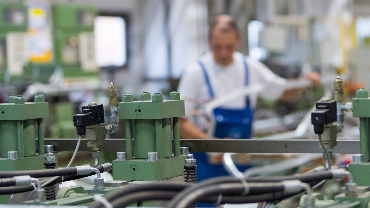 Mitarbeiter in einer Produktionshalle