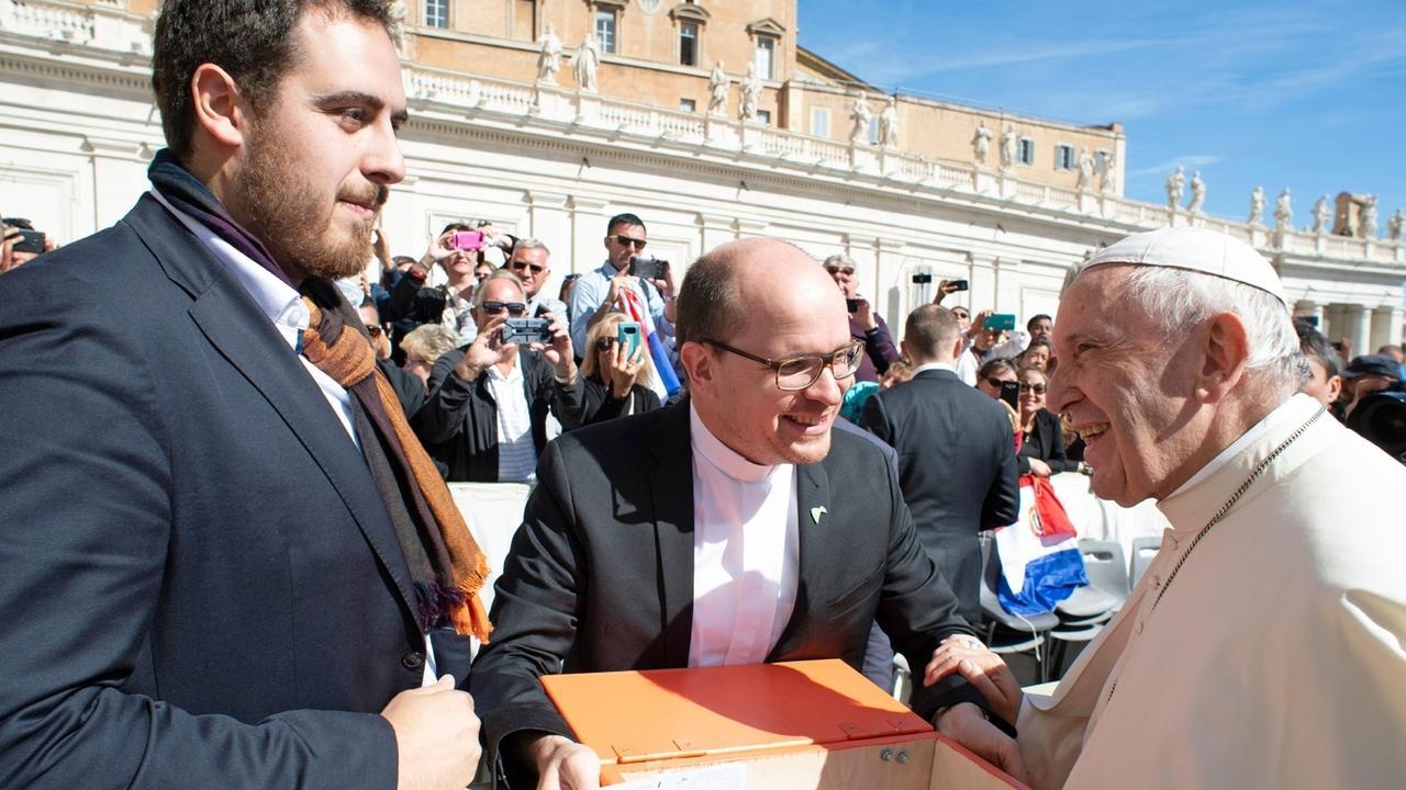 Thomas Andonie, BDKJ-Bundesvorsitzender und Pfarrer Dirk Bingener übergeben dem Papst Post von Jugendlichen