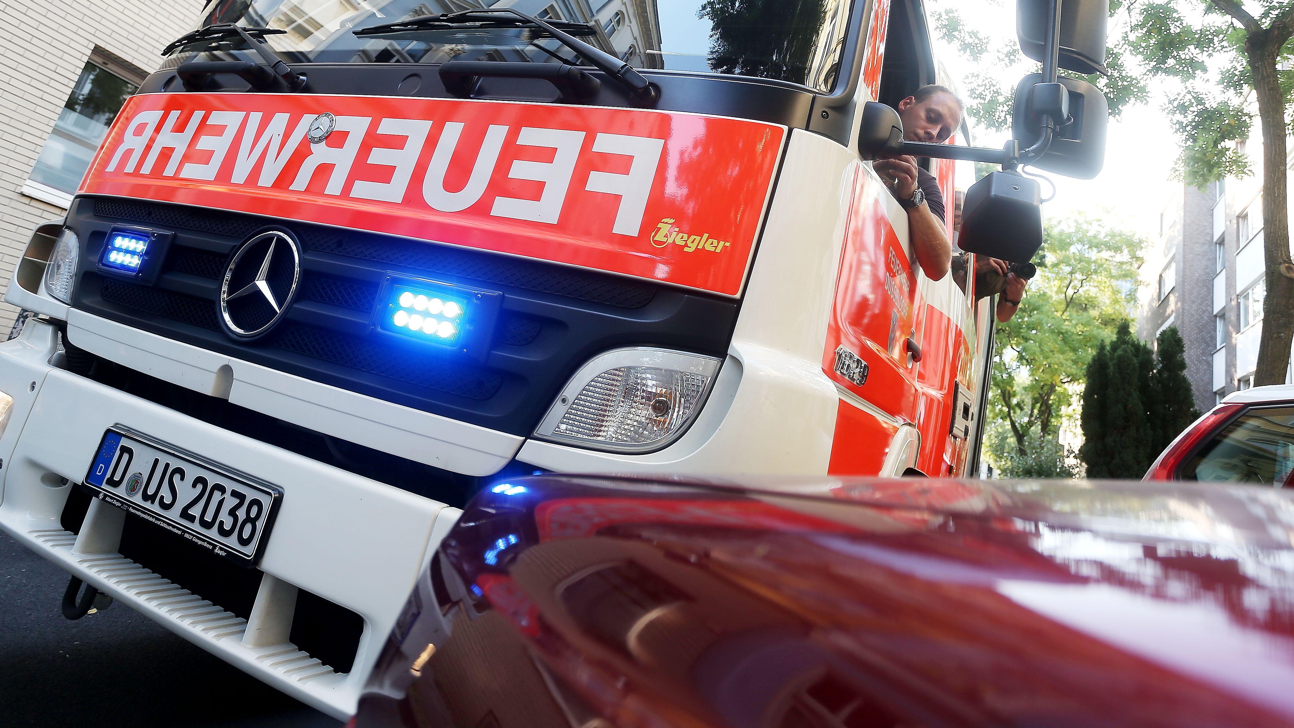 Feuerwehrfahrzeug im Einsatz muss sich den Weg durch dichten Verkehr bahnen
