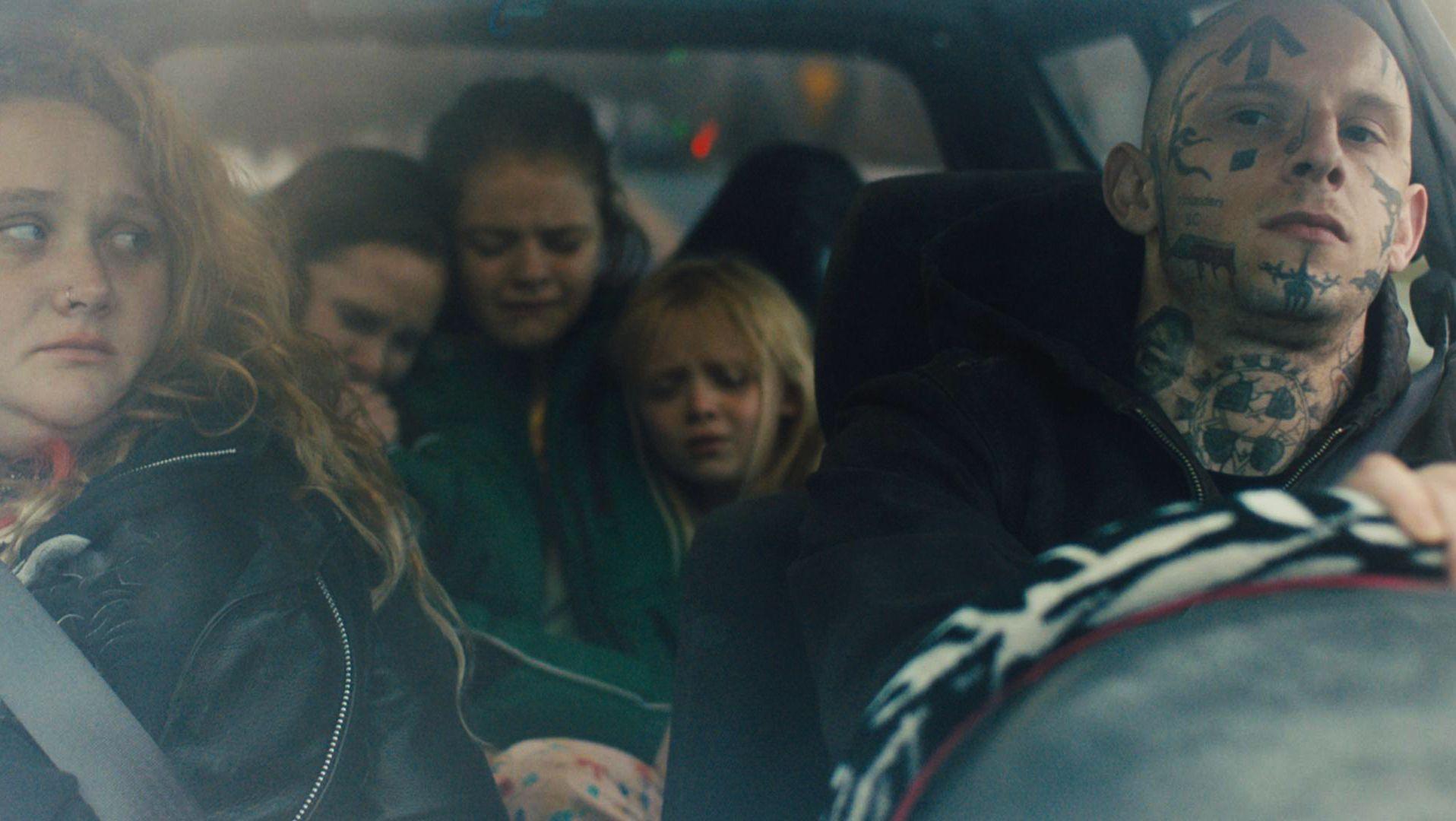 Der Neonazi Bryon im Auto mit Familie, neben ihm seine neue Liebe, eine alleinerziehende Mutter, dahinter ihre drei nölenden Töchter