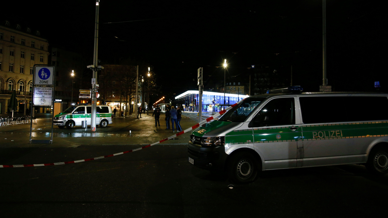 Absperrung der Polizei am Tatort Königsplatz in Augsburg