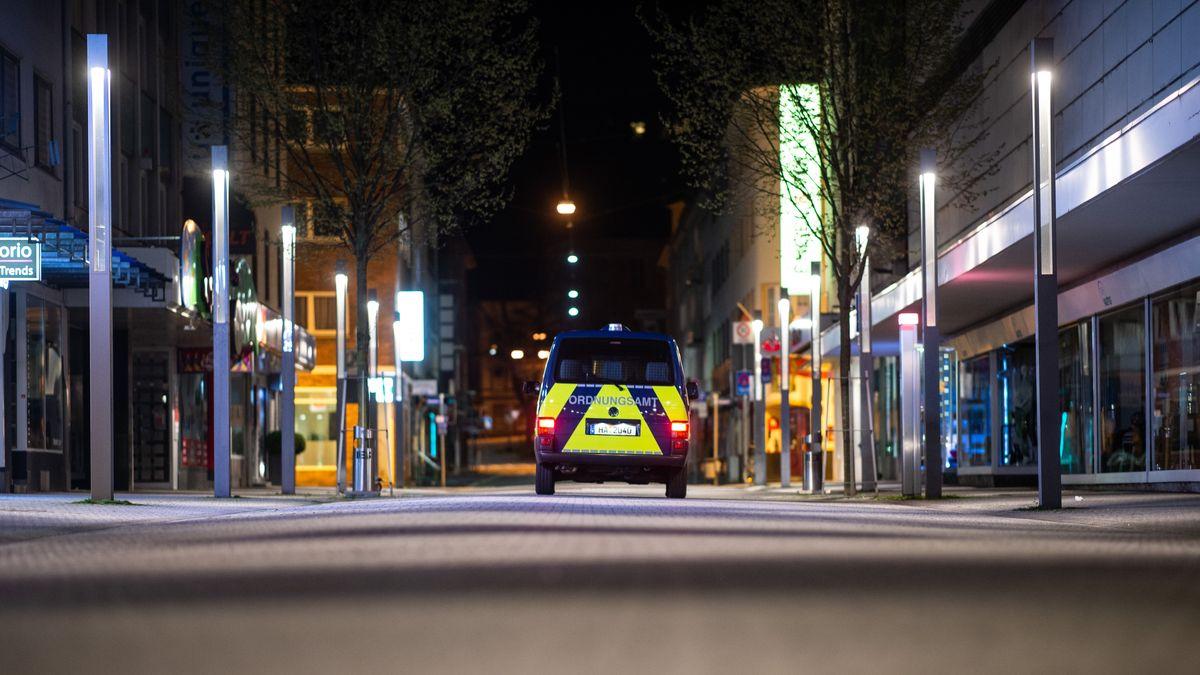 Ein Auto des Ordnungsamts fährt durch die Fußgängerzone und kontrolliert die Einhaltung der Ausgangssperre in Hagen.