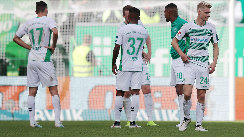 Enttäuschte Fürth-Spieler nach dem 0:3 gegen Kiel