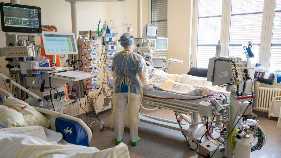 In einem Zimmer einer Intensivstation wird ein Patient mit einem schweren Covid-19 Krankheitsverlauf behandelt.