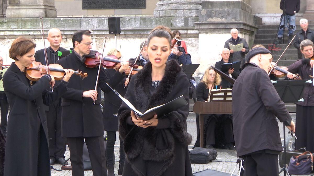 Um auf ihre angespannte Lage aufmerksam zu machen, haben Künstlerinnen und Künstler am Sonntagnachmittag Mozarts Requiem auf dem Münchner Odeonsplatz aufgeführt.