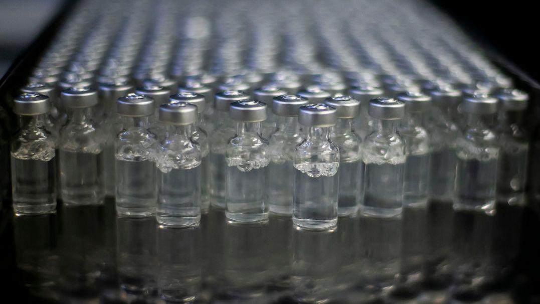 Fläschchen mit Corona-Impfstoff