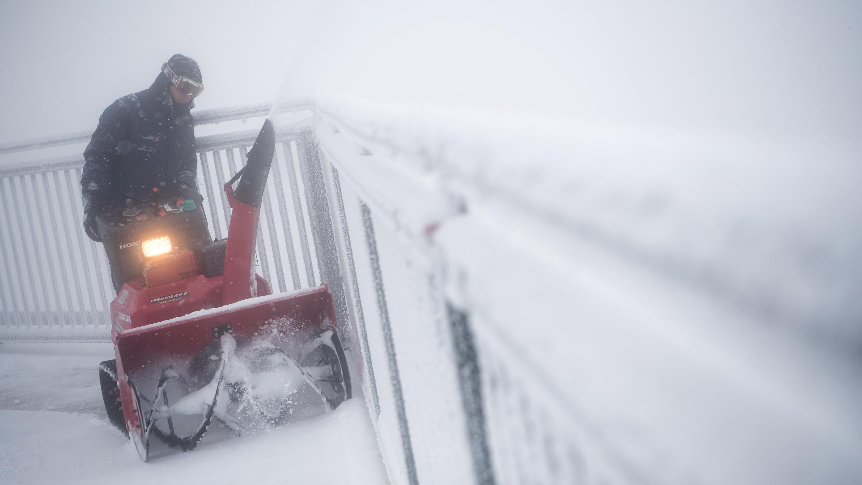 Räumarbeiten auf der Aussichtsplattform der Zugspitze