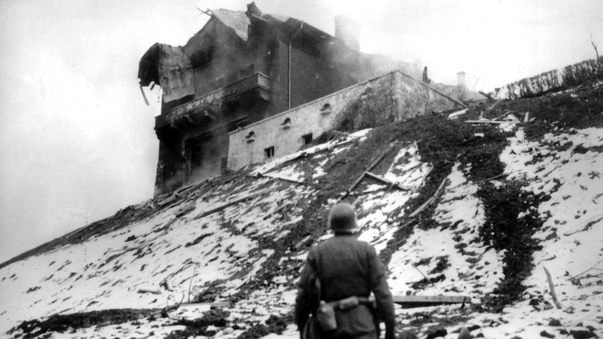 """US-Soldat vor dem zerstörten """"Berghof"""" Obersalzberg"""