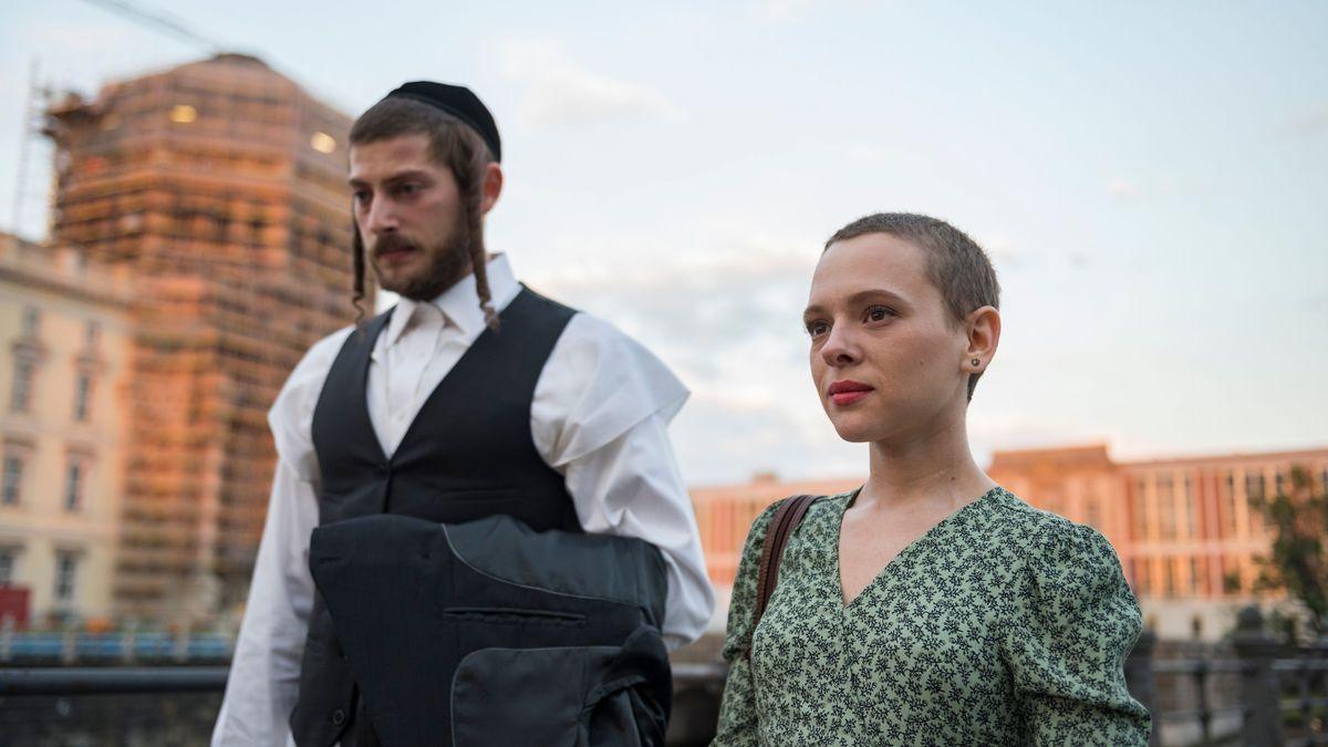 """Filmszene aus """"Unorthodox"""": Amit Rahav als Yanky Shapiro und Shira Haas als Esty bei einem Spaziergang durch Berlin"""