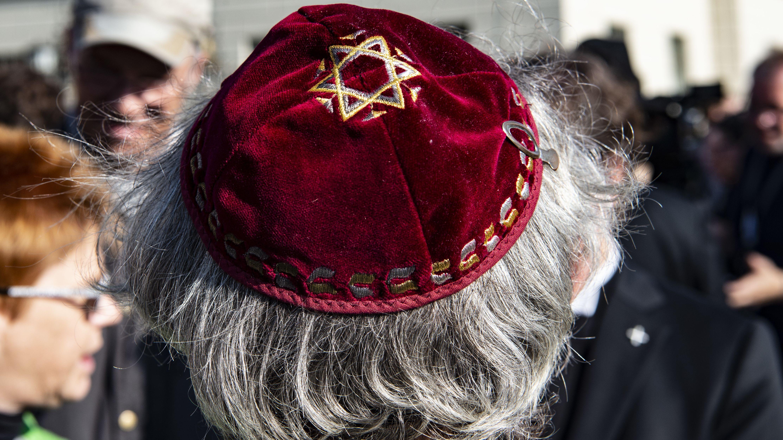Ein Demonstrant mit Kippa wartet auf den Beginn einer Demonstration gegen Antisemitismus