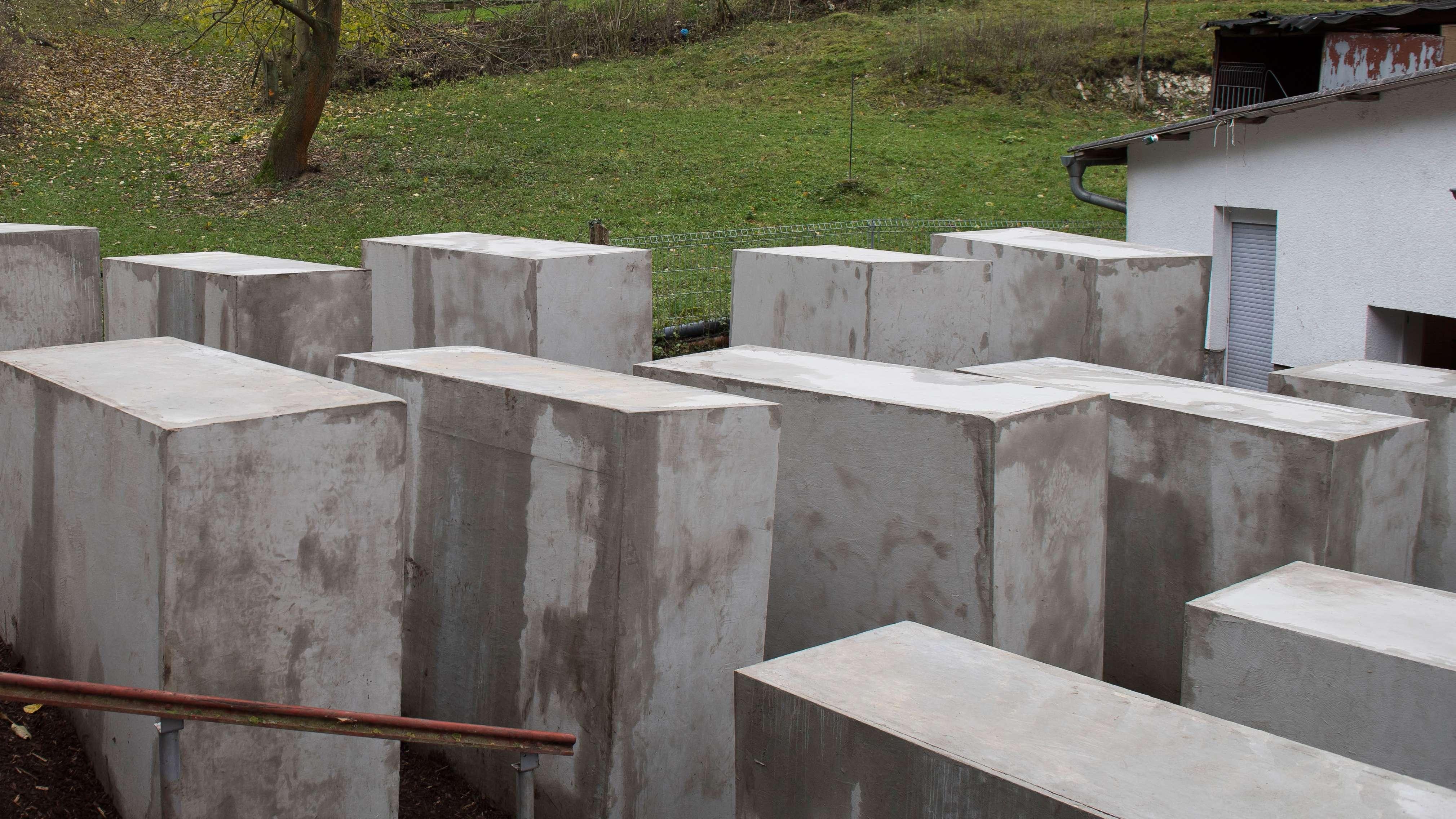 Steine des Anstoßes: Die Nachbildung des Holocaust-Mahnmals neben dem Haus des Thüringer AfD-Chefs Björn Höcke