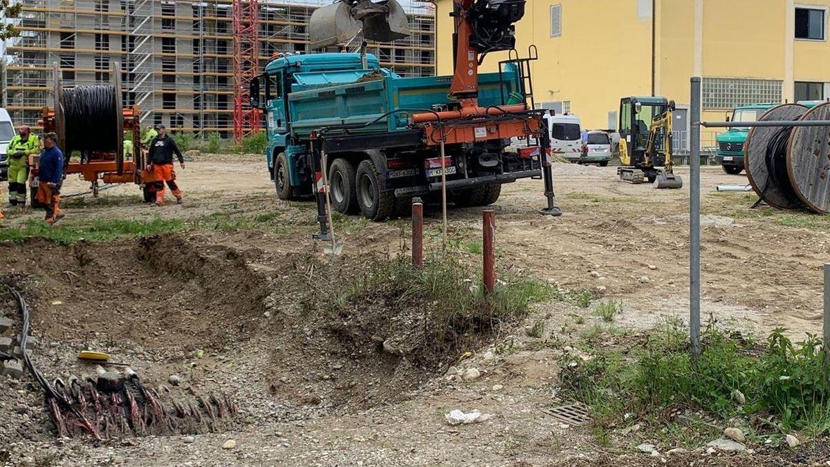 Die verschmorten Stromkabel in der Baugrube nahe des Münchner Ostbahnhofs
