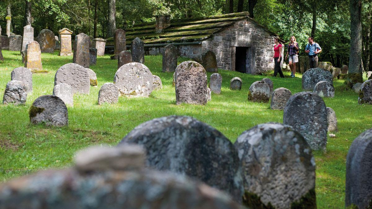 Alte Grabsteine stehen auf einem Judenfriedhof