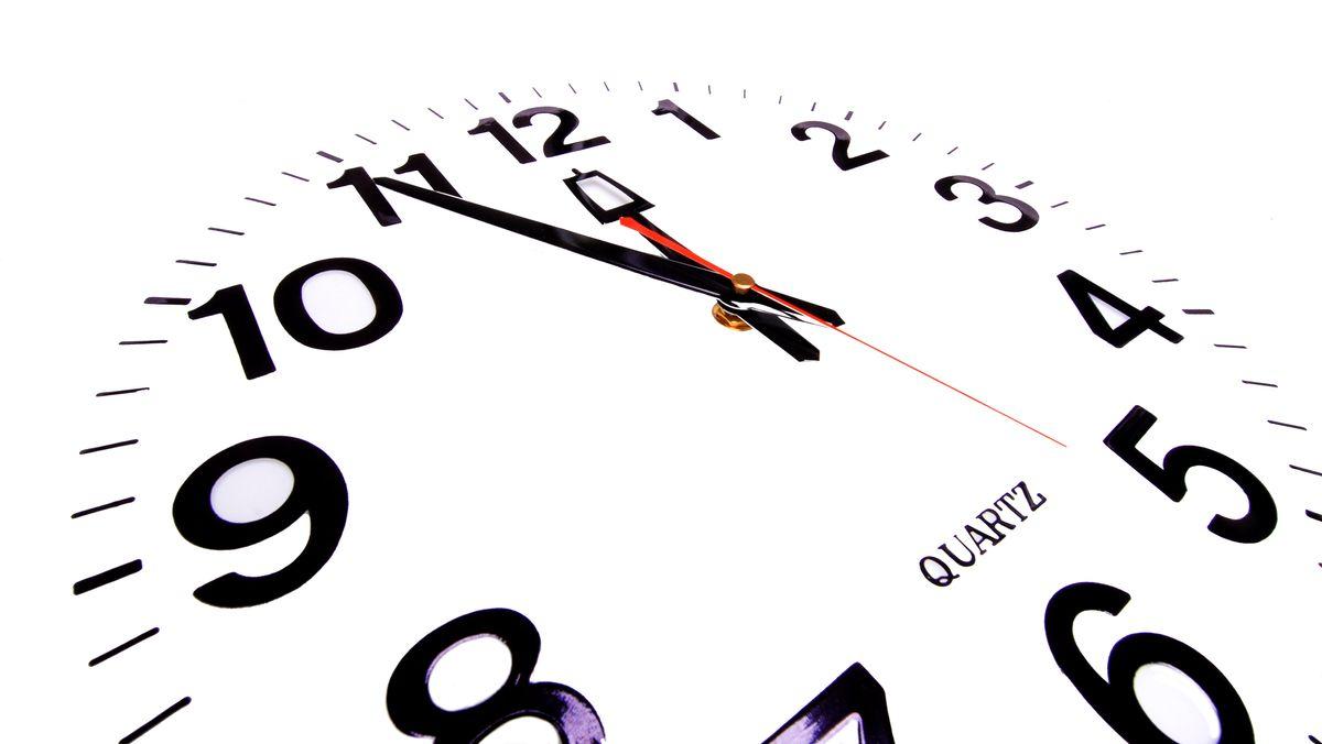 Uhr steht auf 5 vor 12