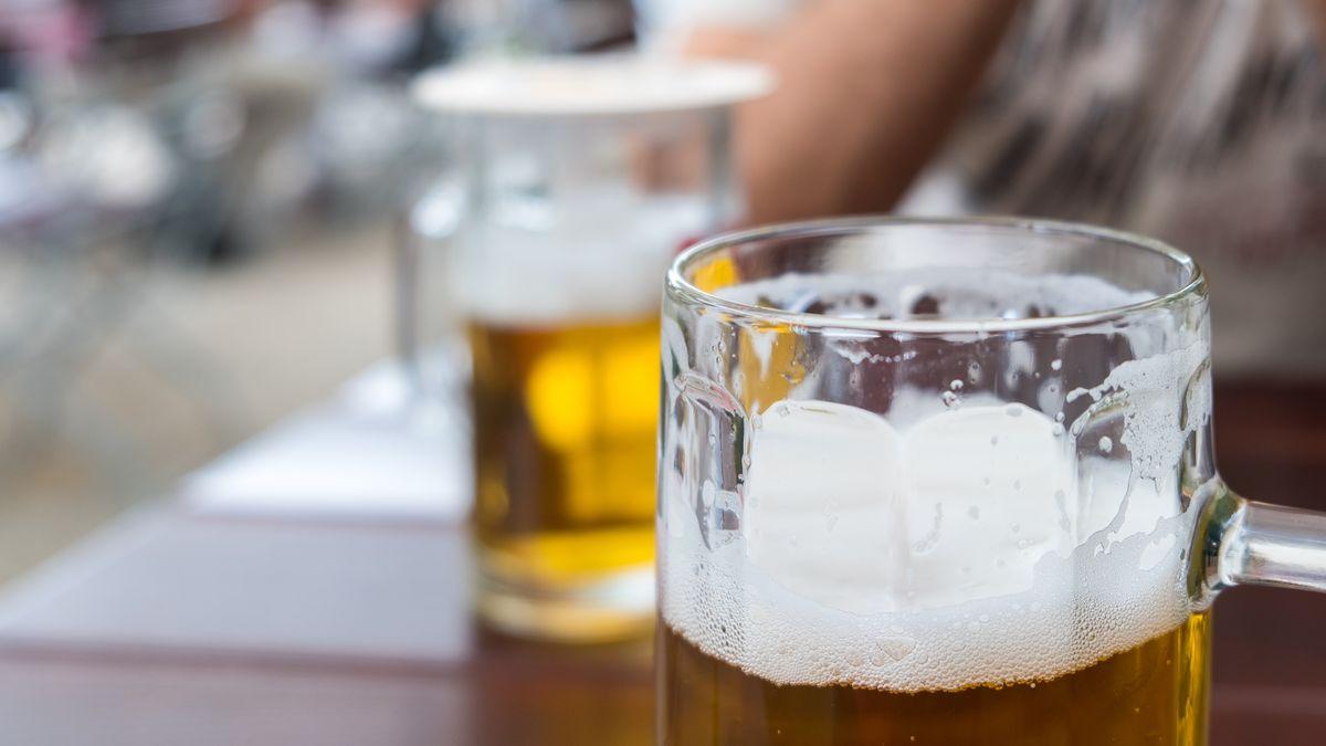 Szene in einem Biergarten (Symbolbild)