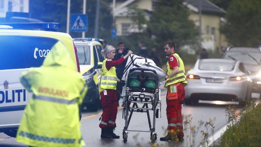Rettungssanitäter treffen am Einsatzort ein. Bei Schüssen auf einem Moschee-Gelände ist am Samstag nahe Oslo ein Mensch verletzt worden.