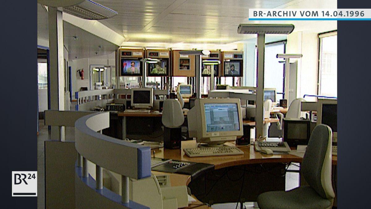 B5 aktuell-Studio mit Computern und Bildschirmen
