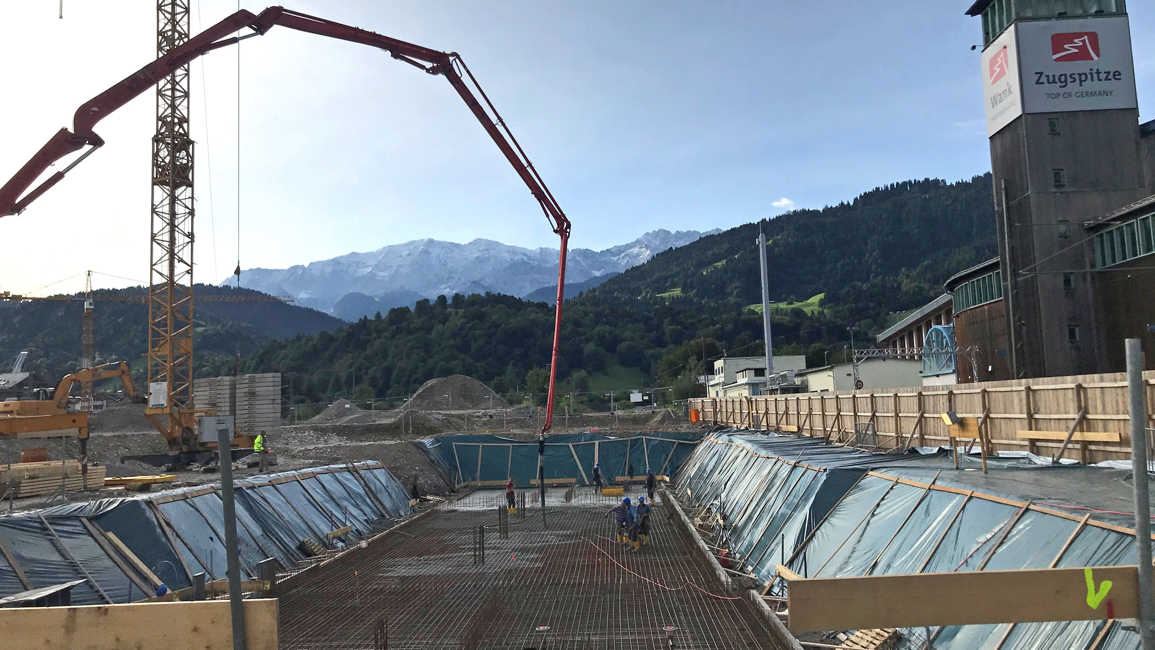 Neben dem Eisstadion entsteht der neue Zugspitzbahnhof.