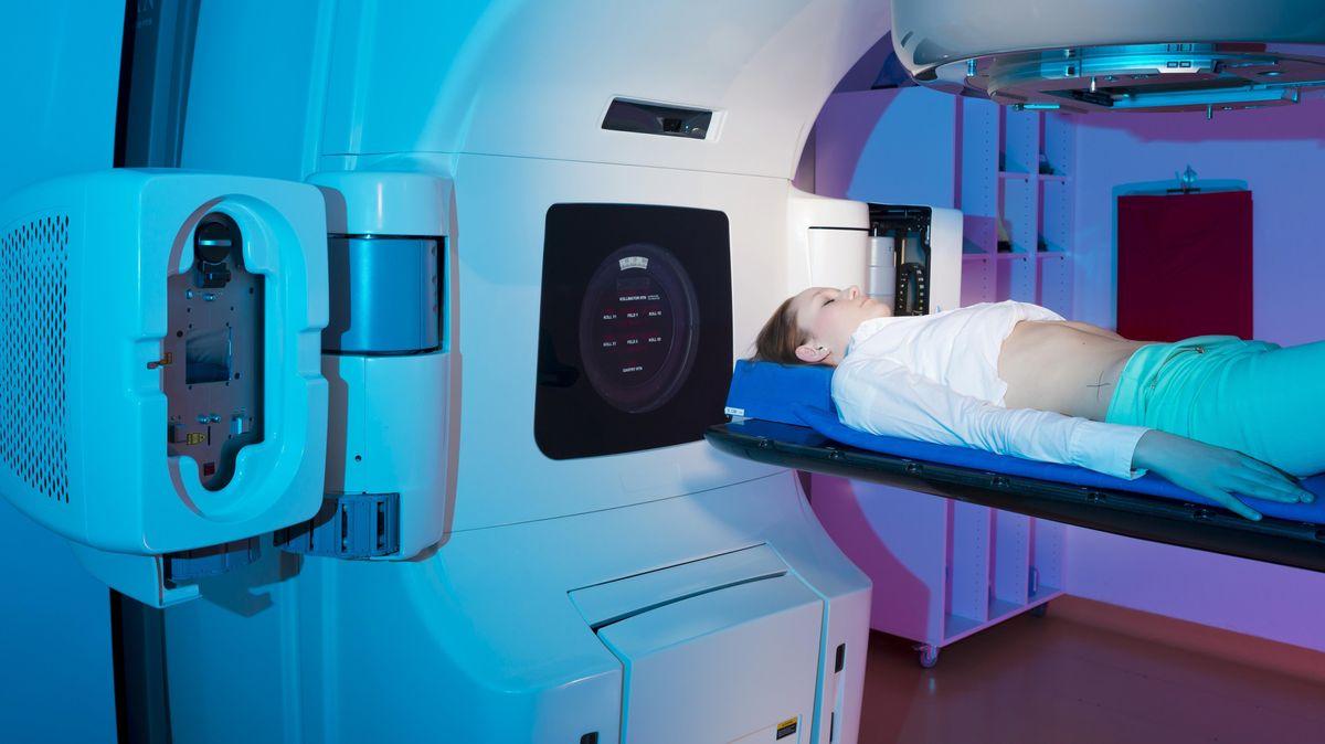 Eine Patientin bei der Bestrahlung