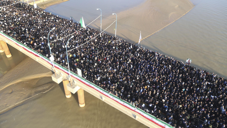 Tausende nehmen in Ahwas im Iran an einem Trauerzug für den ranghohen iranischen General Soleimani teil.