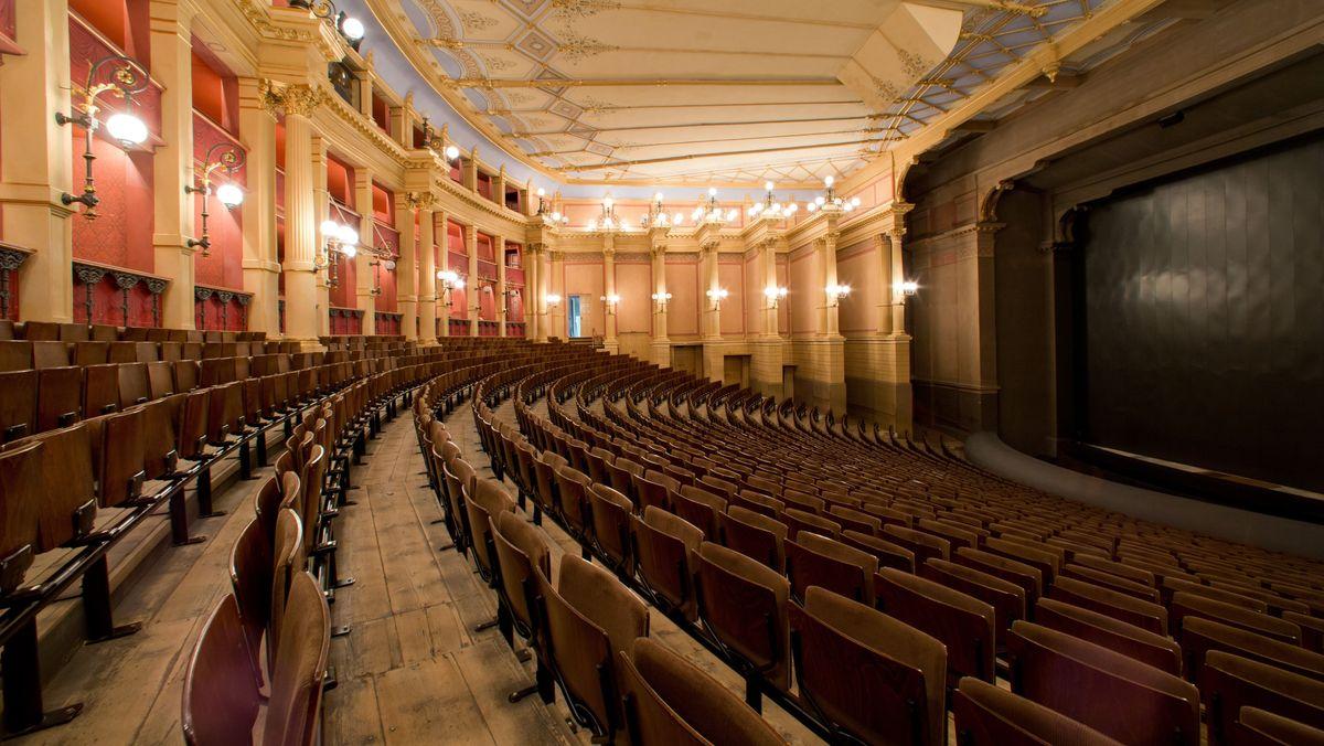 Blick in den leeren Zuschauerraum des Bayreuther Festspielhauses.