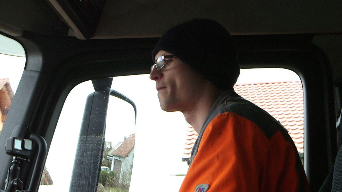 Müllfahrer Daniel Kohnmünch bei der Arbeit