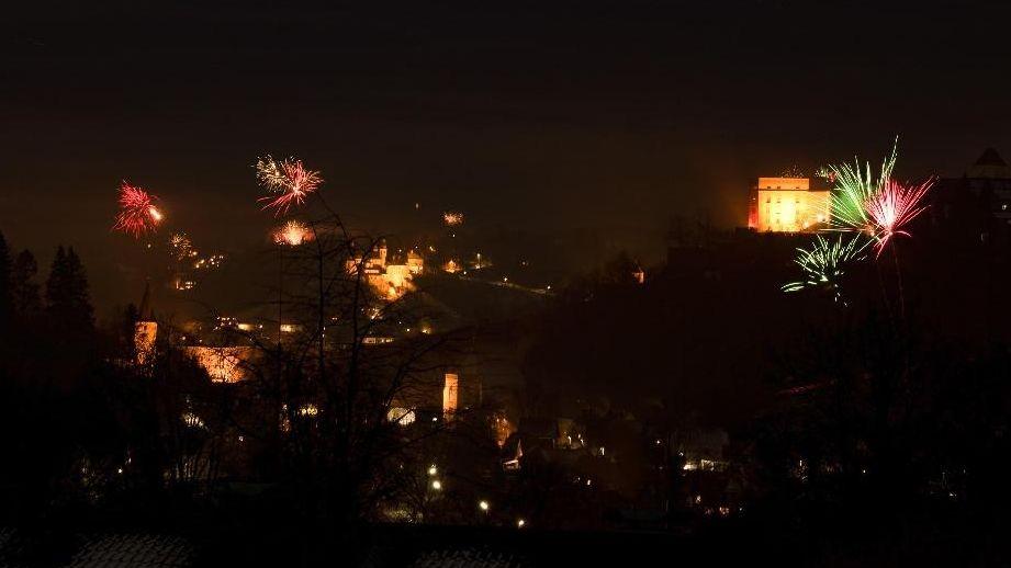 Nur vereinzelt sind in der Silvesternacht, wie hier in Passau, Raketen abgefeuert worden.