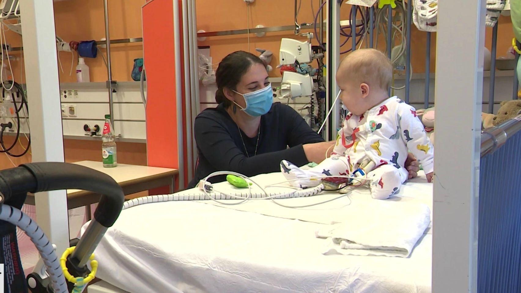 Daniela Huber sitzt in der Kinder-Kardiologie neben ihrem Sohn