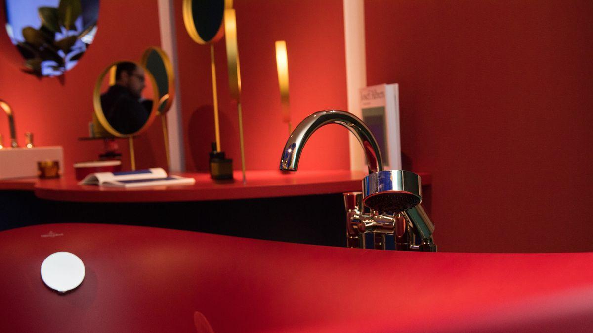 Rote Badewanne von Villeroy & Boch