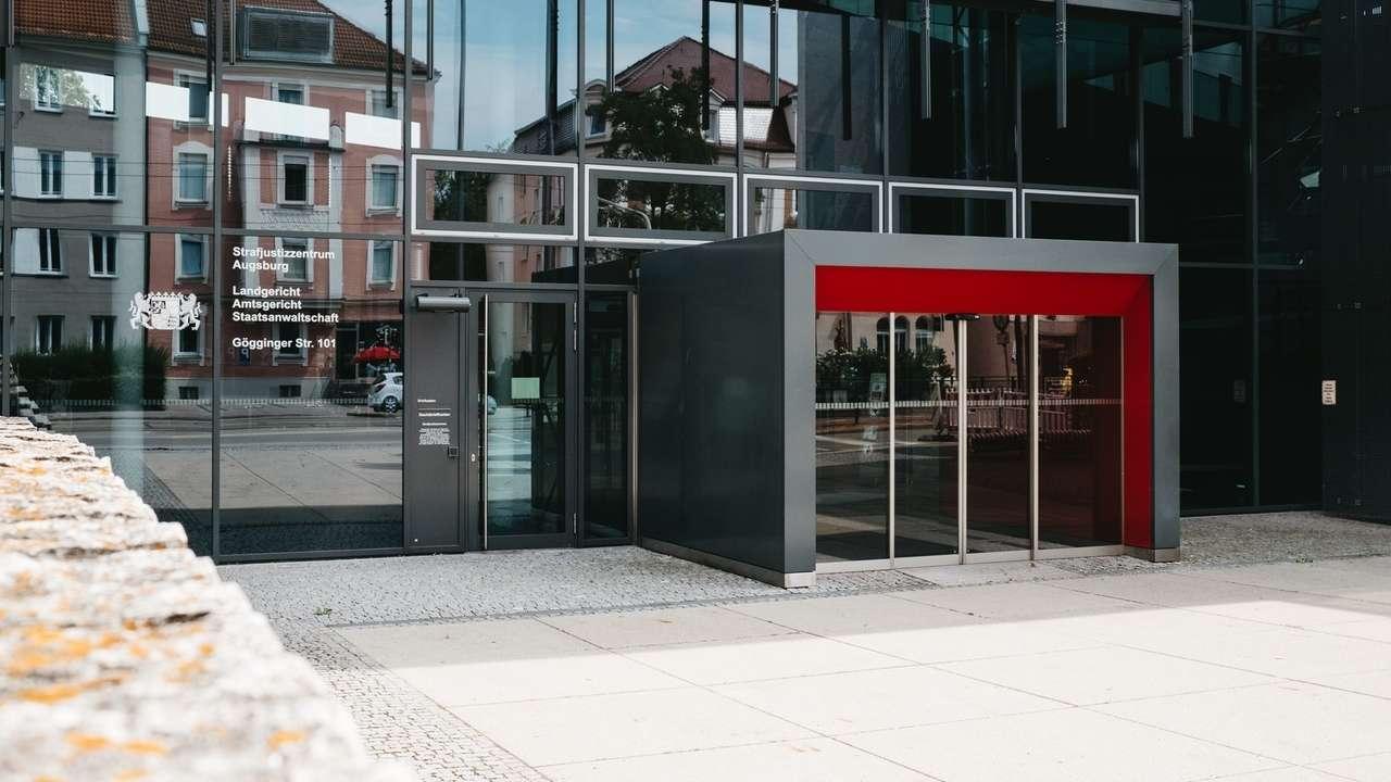 Eingang des Strafjustizzentrums in Augsburg