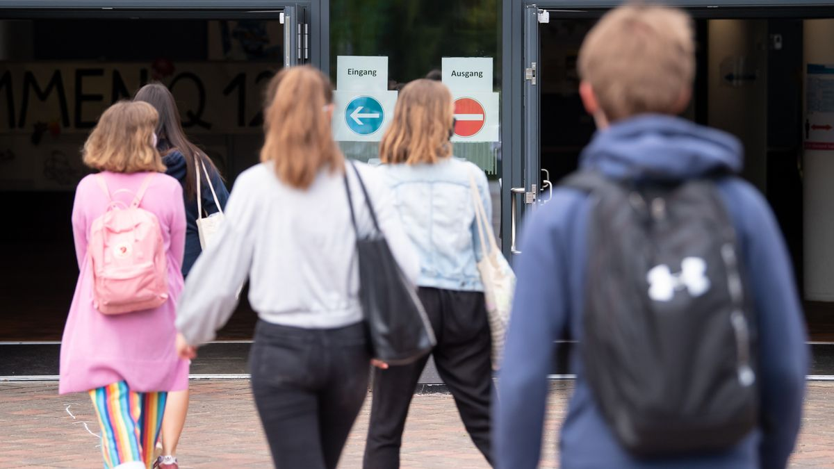 Schülerinnen und Schüler auf dem Weg zum Unterricht