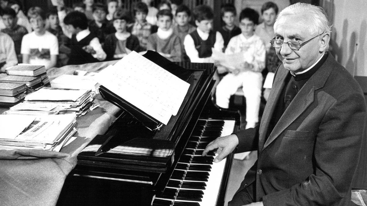 Der damalige Domkapellmeister bei einer Chorprobe mit den Domspatzen.