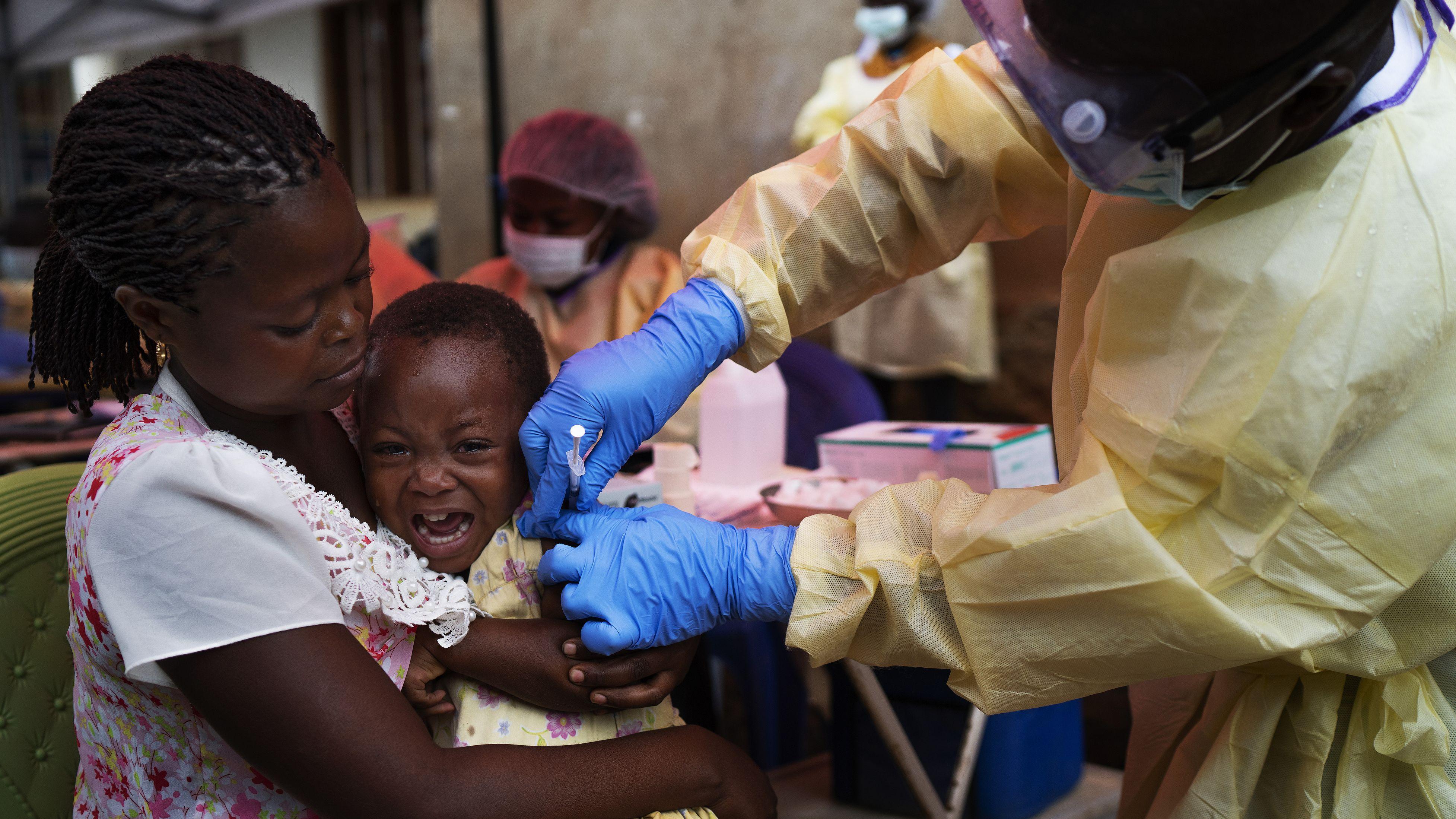 Impfung eines Kindes im Kongo.