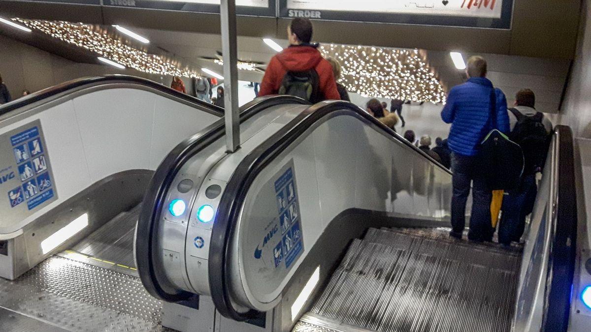 Über Dreiviertel dieser Rolltreppe stürzte dien 76-jährige Rentnerin, nachdem sie von hinten gestoßen worden war