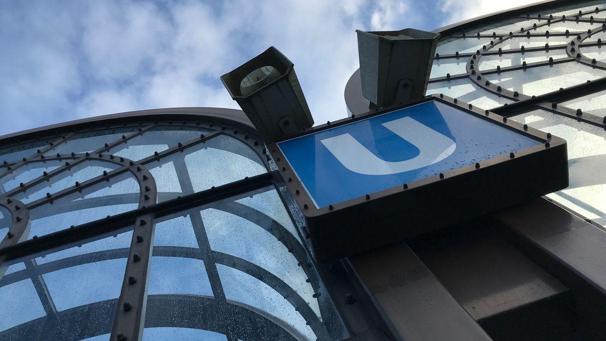 Schild am Eingang einer U-Bahn-Station in München