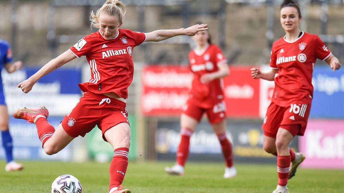 Lea Schüller am Ball