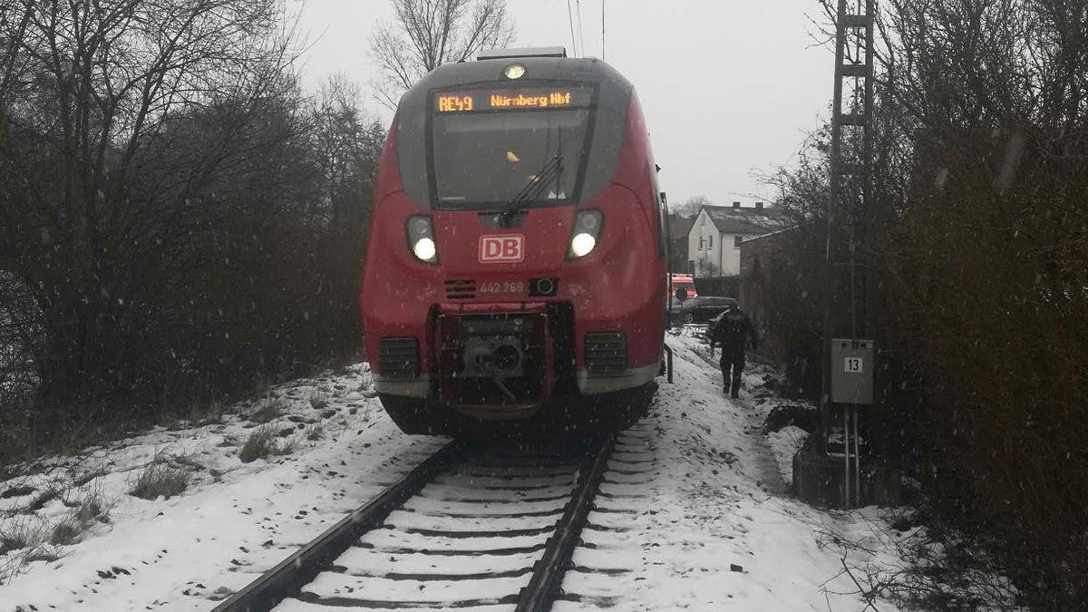 Der Regionalzug, der den Mann erfasst hat, steht auf den Gleisen.
