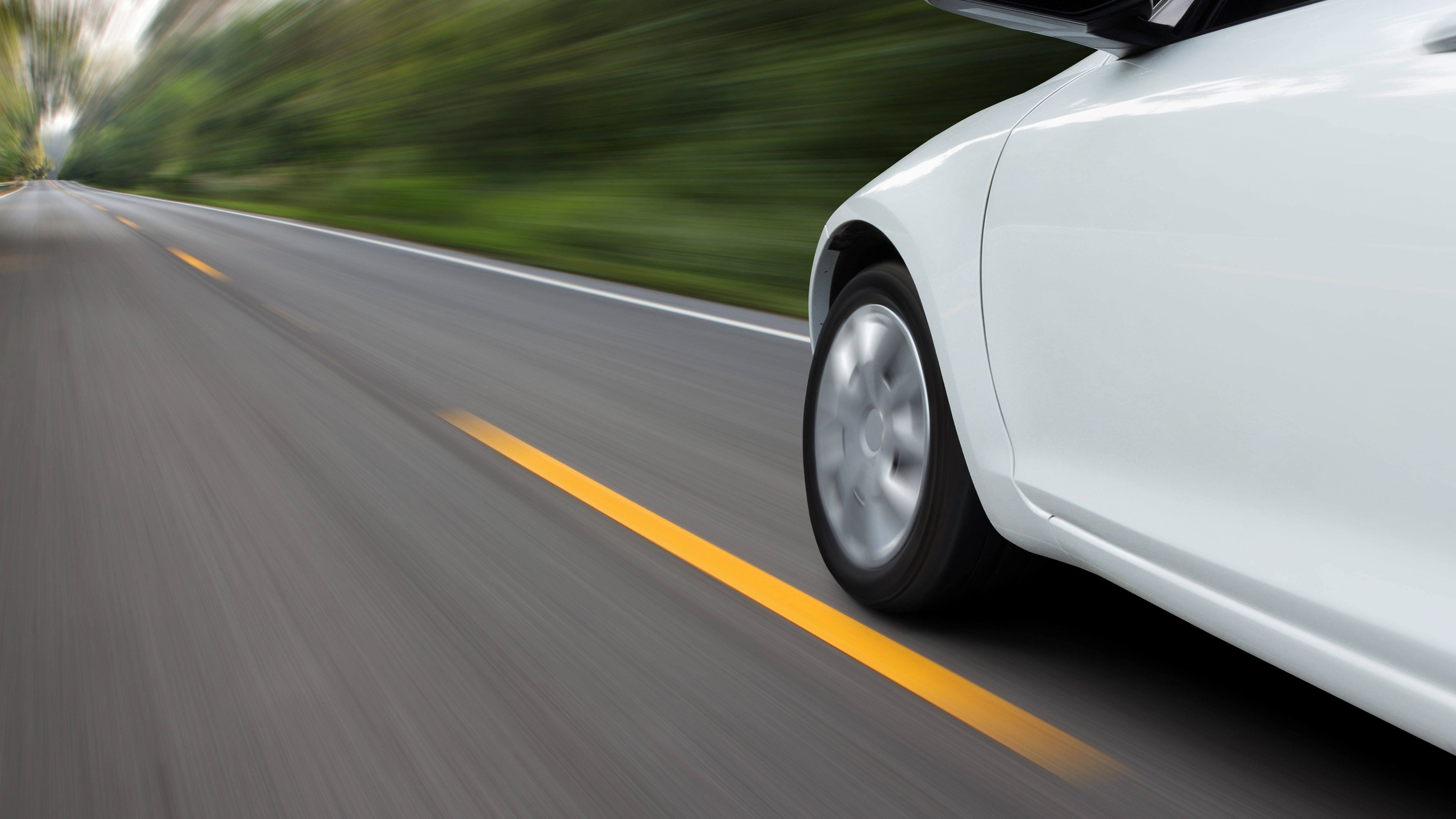 Ein Auto fährt schnell auf einer Straße.