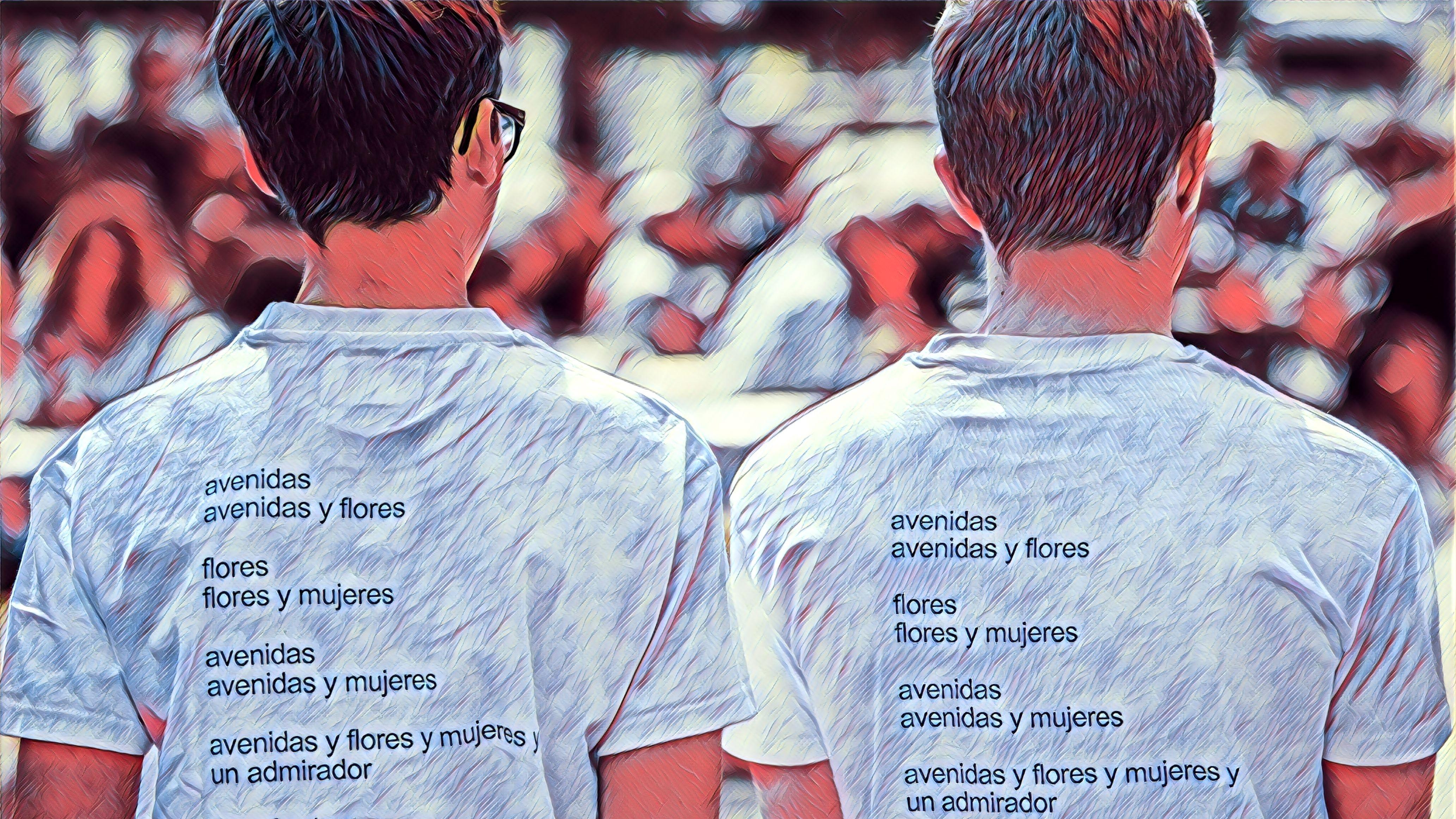 """Deutschland diskutiert über ein Gedicht: Zwei Jugendliche tragen T-Shirts mit dem aufgedruckten Gedicht """"avenidas"""" von Eugen Gomringer."""