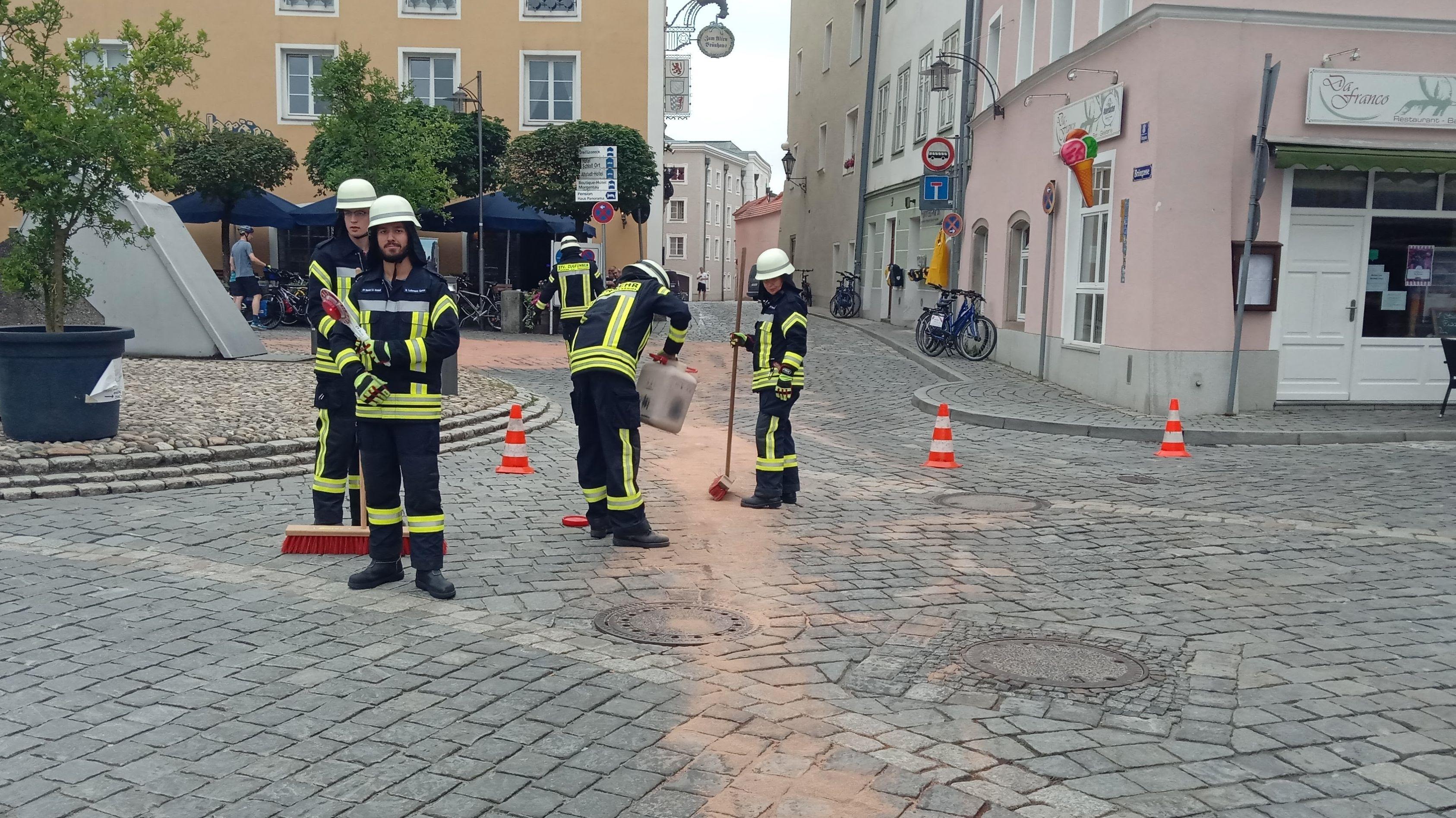 Ein Lkw hat eine Ladung Frittierfett in der Passauer Innenstadt verloren