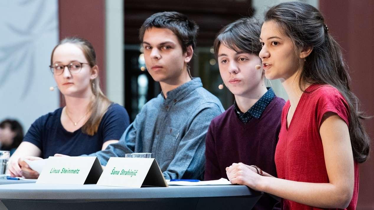 Die Klima-Aktivisten Svenja Kannt (l-r), Sebastian Grieme, Linus Steinmetz und Sana Strahinjic im Berliner Museum für Naturkunde