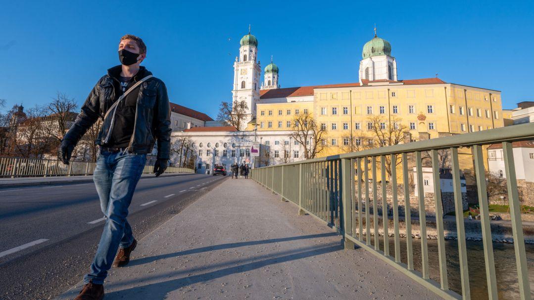 Ein Mann auf der Innbrücke in Passau