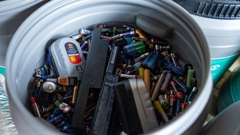 Batterien liegen in einer Entsorgungstonne auf einem Wertstoffhof in Hannover.