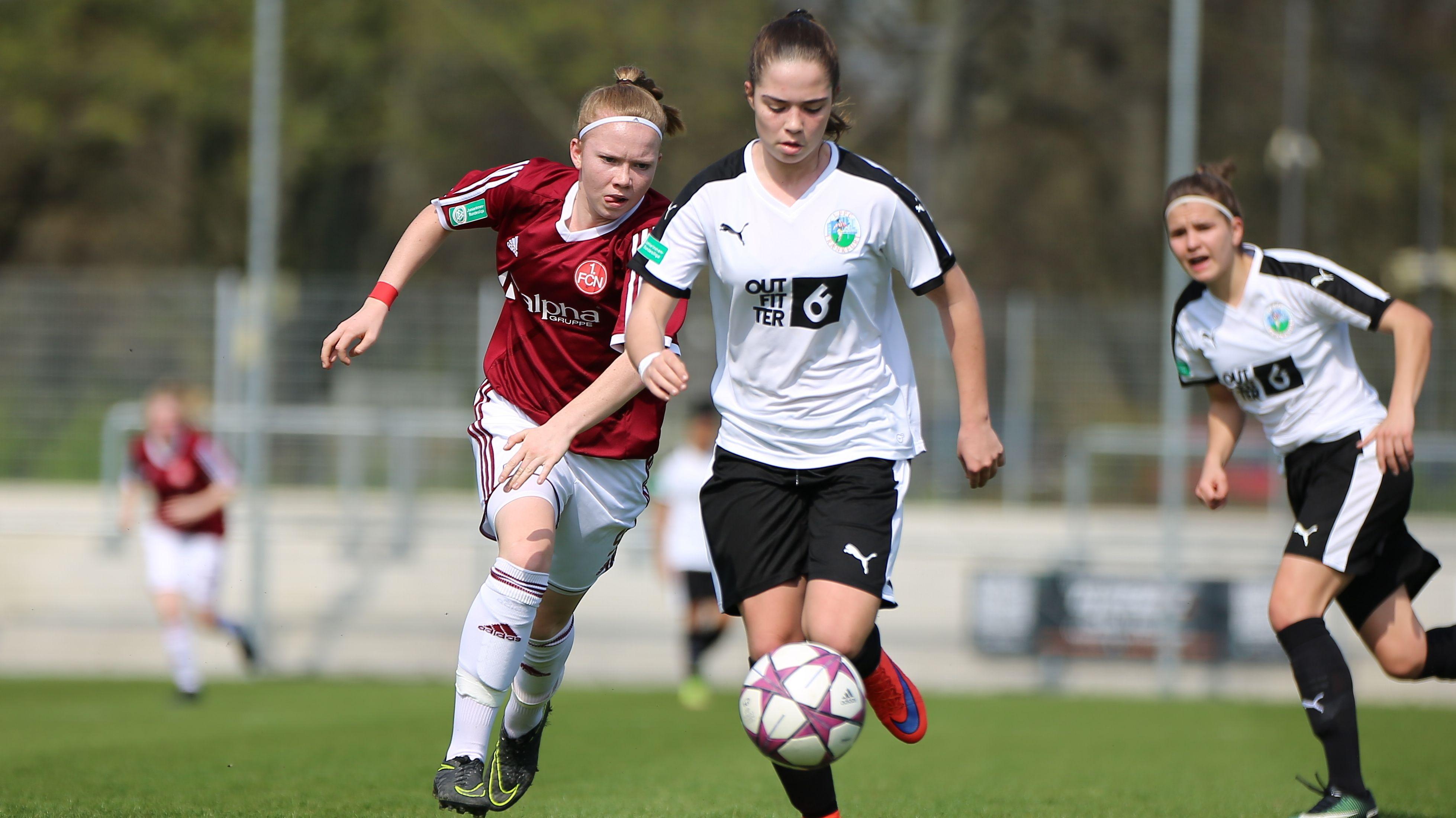 Junge Frauen beim Fußballspielen