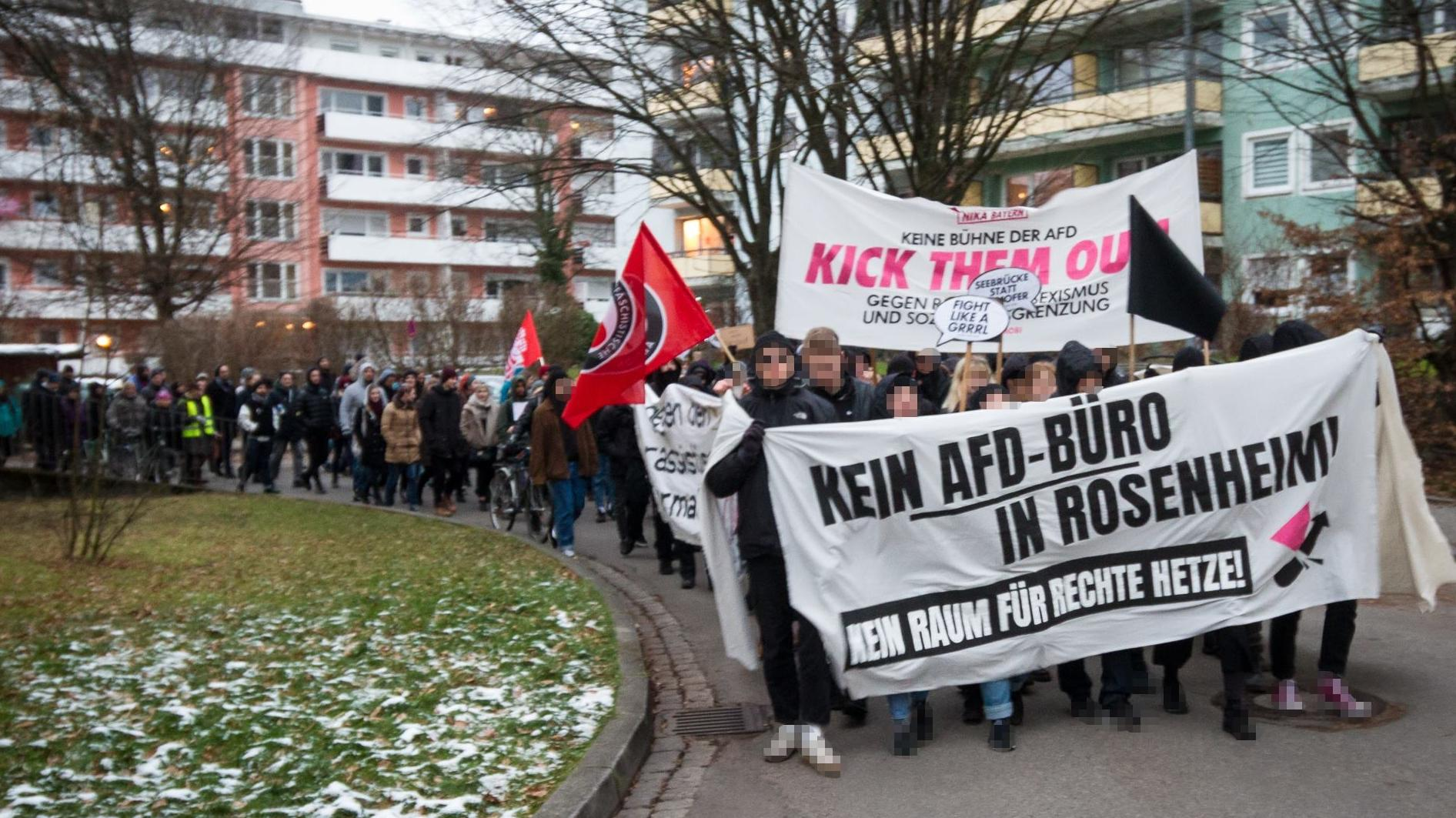 """Demo unter dem Motto """"Gegen Rassismus und Antisemitismus - Für ein buntes, weltoffenes Rosenheim. Weg mit dem AfD-Büro""""."""