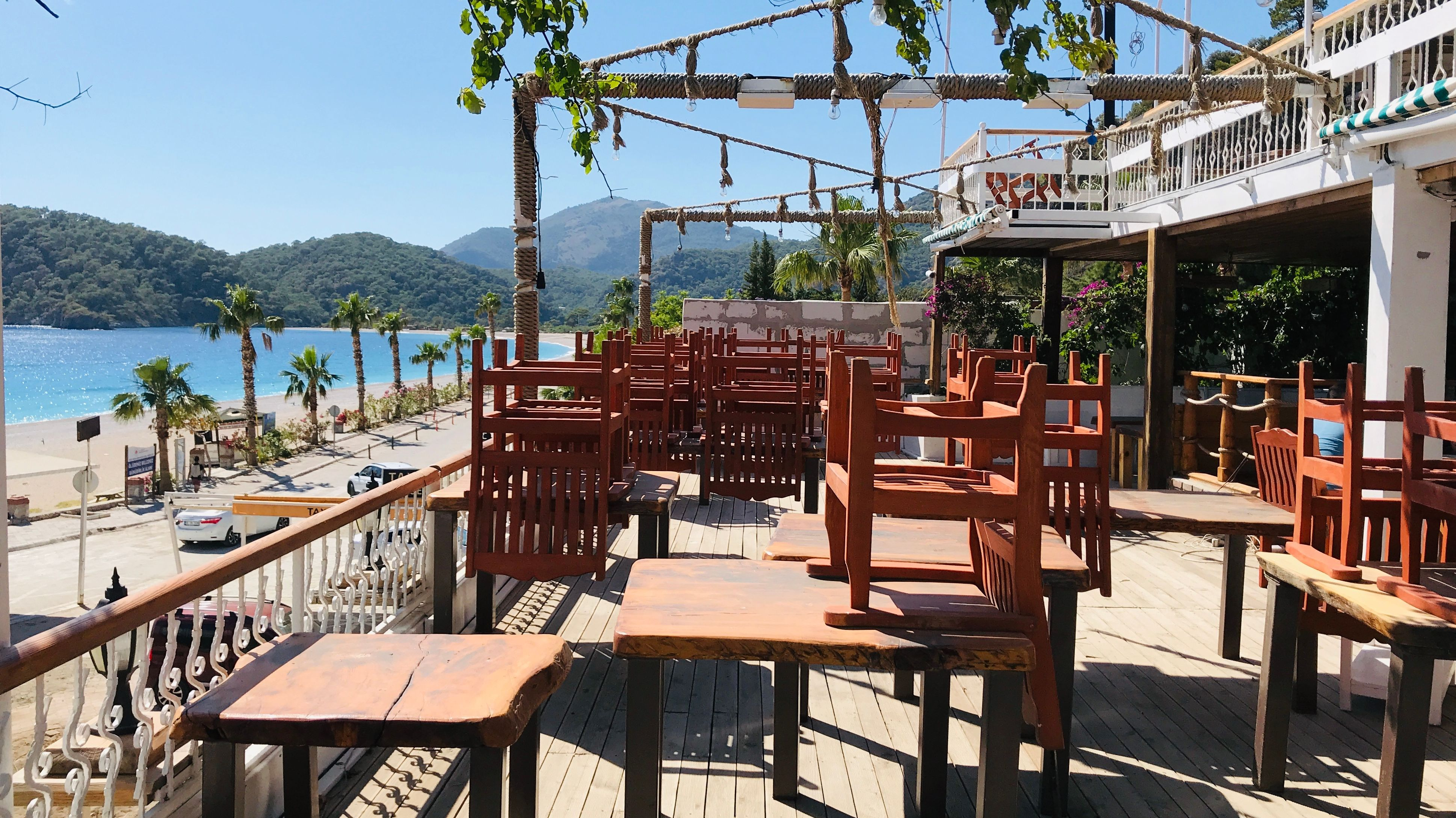Restaurant-Terrasse eines Hotels im Küstenort Kas in der Türkei