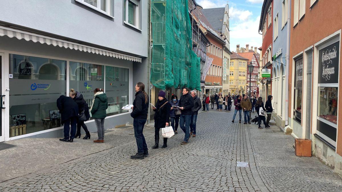 Besucher der World Press Photo-Ausstellung in Kitzingen.